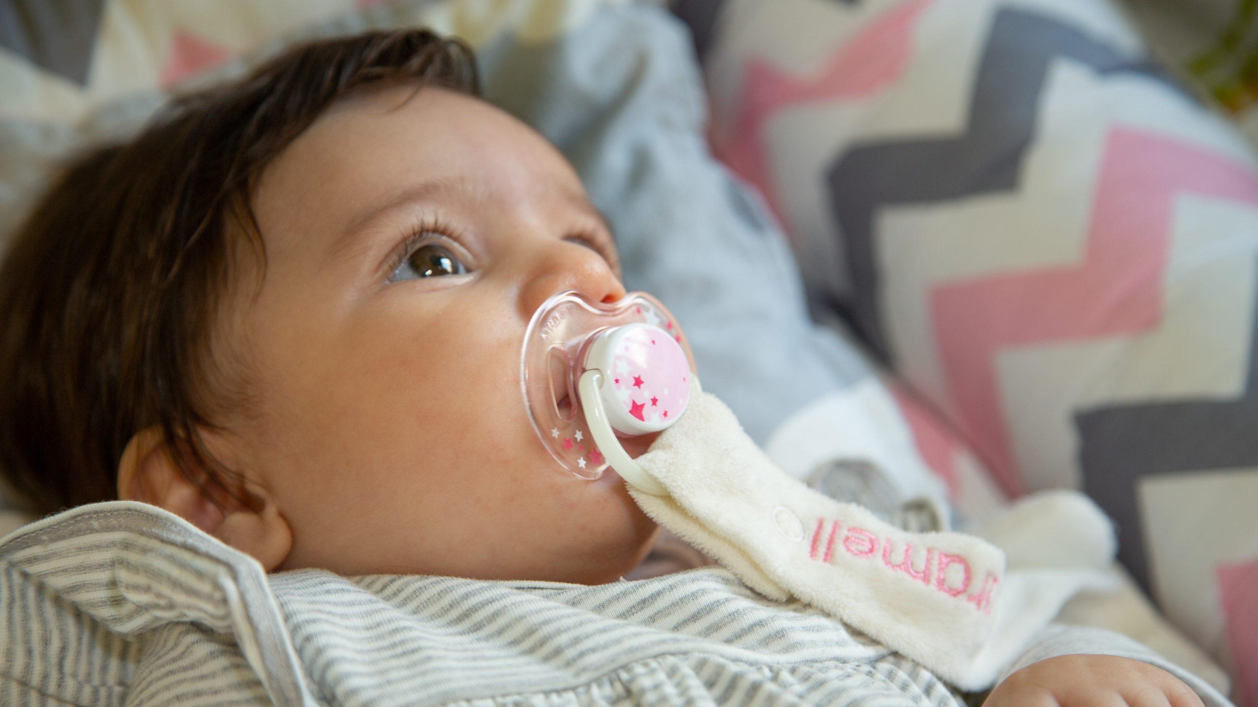 فواید-و-مضرات-پستانک-برای-نوزاد